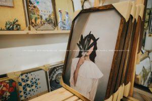 Tranh khung gỗ cô gái rất nghệ thuật
